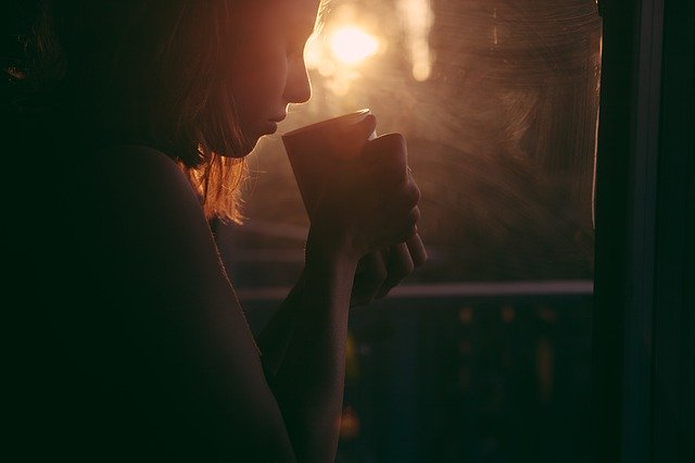 Women with coffee mug:Pic pregnancy and coffee